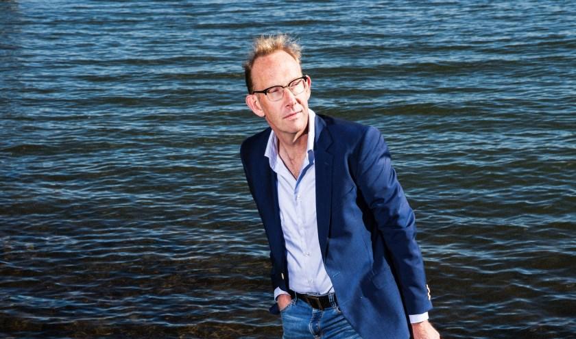 Martin Hendriksma staat met beide benen in de Nederrijn.
