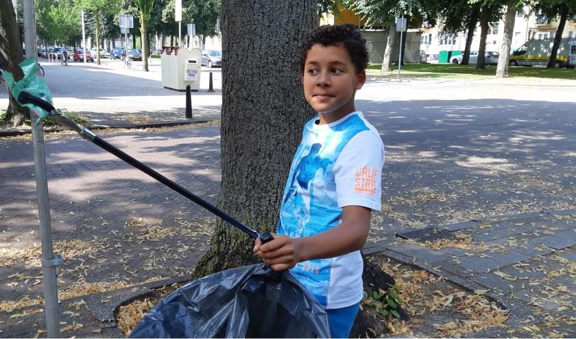 Met speciale 'afvalknijper' gaat Tobi regelmatig op stap om zijn eigen buurtje een beetje schoon te houden.