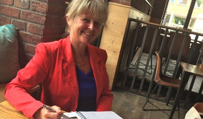 Gitta Klopper vertelt over haar passie die de 'grijze' tijden weg neemt bij ouderen door ze te matchen aan studenten die helpen en hun studieschuld inperken. FOTO: Els van Stratum