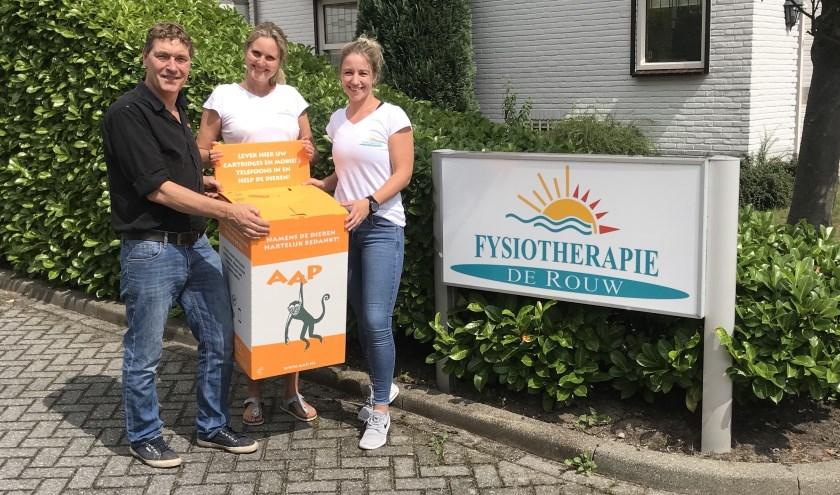 Bij de ingang van de parkeerplaats showt David van Gennep zijn nieuwe box aan Ilse en Willeke van Fysio de Rouw.