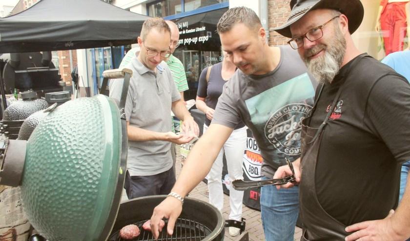 In de binnenstad bourgondisch genieten van een lekker stukje duurzaam vlees, bereid op de barbecue onder leiding van grillmaster Koert Krouwel. (Foto: Lysette Verwegen)