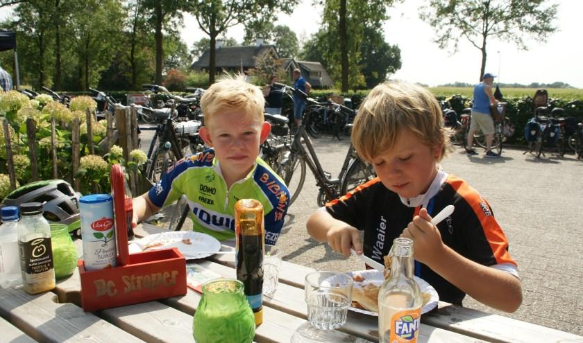 De Euregio Fiets-4-daagse heeft veel jonge deelnemers, zoals Mats en Hidde op de foto. Jeugd kan een heuse mountainbike winnen. Ook krijgen ze een presentje, dit jaar is dat velgverlichting.