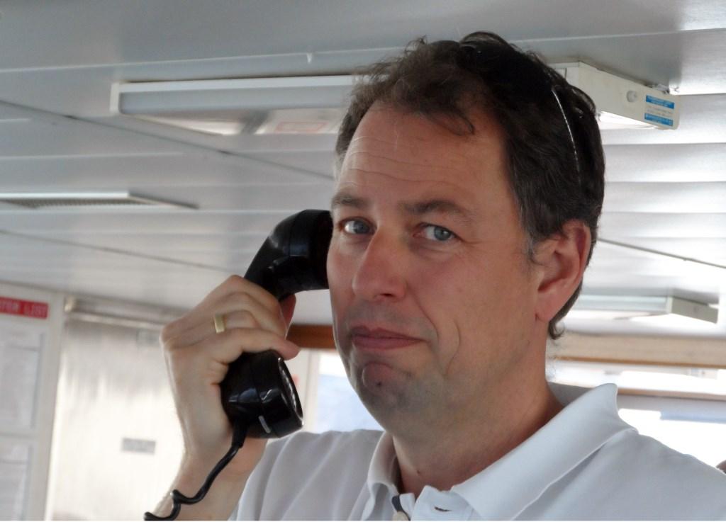 Loods Frans Sanderse uit Hekelingen is een expert op de route Noordzee over de Waterweg, Scheur, Oude Maas naar Dordrecht en Moerdijk. Foto: Joop van der Hor  © Persgroep