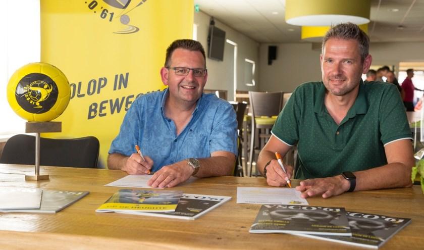 Intersporteigenaar Arnold den Dikken (r.) en sponsorcommissievoorzitter Christiaan Mulder. (Foto: Herman van der Wal)