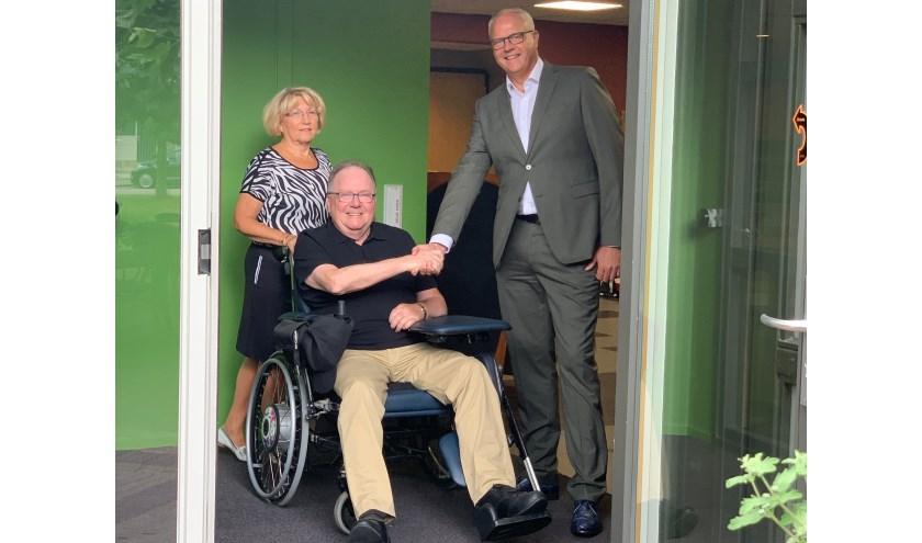 De heer H.J. Willemse, grootgebruiker van de tuin, heeft de deur samen met zijn vrouw en de directeur/bestuurder van De Blije Borgh, de heer J.C.W. Hendrikse officieel in gebruik genomen.