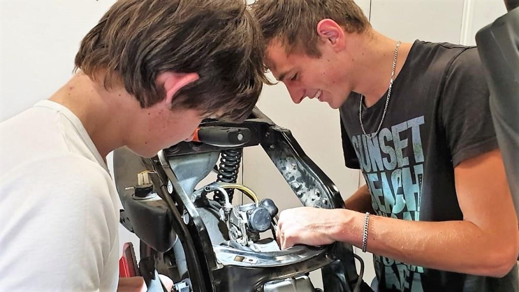 Marinus en Korstiaan aan het werk in hun werkplaats Foto: H.Roseboom © Persgroep