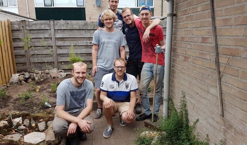 Na afloop poseren de jongeren in de opgeknapte tuin