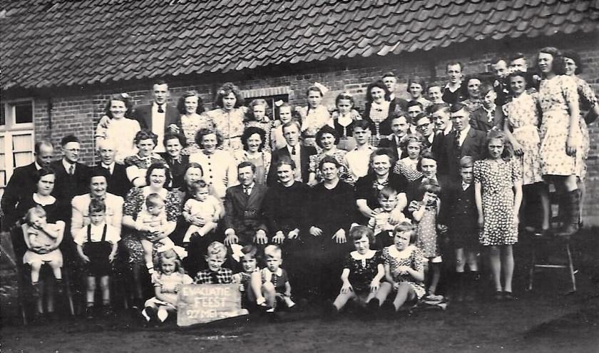 Op 27 mei 1945 was er een reünie van alle evacués, die in september/oktober 1944 op de boerderij van Driek Spanjers waren ondergebracht. In het midden Driek en zijn vrouw.