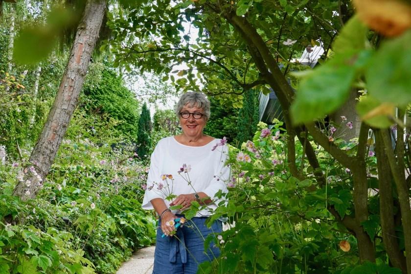 De tuin van Nel bestaat uit verschillende 'kamers' en biedt daardoor zowel uitzicht op de Vaart als privacy en beschutting.
