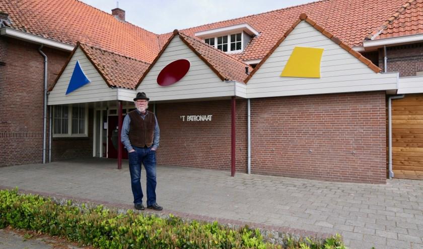 Kunstenaar Legs Boelen voor het patronaatsgebouw in Nieuwkuijk. Op de achtergrond de drie samenhangende kunstobjecten.
