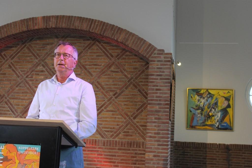 Foto: Jan de Ruiter, voorzitter van de Sieger-White Stichting vindt het een eer dat werken van het kunstenaarsechtpaar geëxposeerd worden in de Koppelkerk, Bredevoort.  © Persgroep