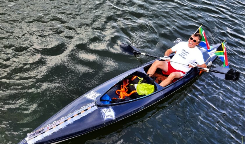 Dirk Zwart tijdens zijn kanotocht over de Linge voor het goede doel Sinani.