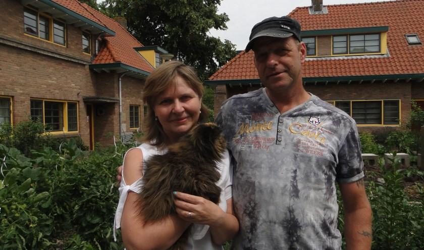 Ruud en Natalia met de hoogbejaarde poes Ansiva voor een eetbare tuin. (Foto: Leo Polhuys)