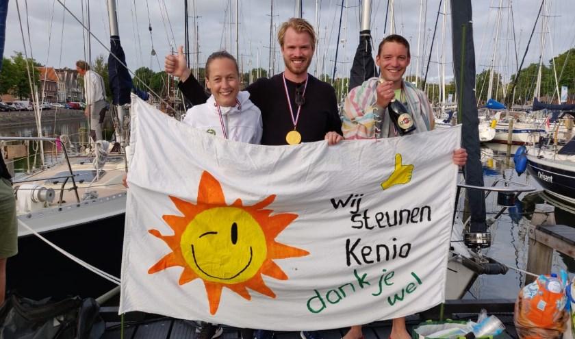 Malin Andersson, Tijmen Onland en Micha van Rijn hebben acht uur lang over het IJsselmeer gezwommen om geld in te zamelen voor Keniaanse vrouwen. Foto Marion van Deurzen.