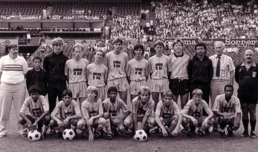 ASWH D1: Trainer Jan is de keeper, 4e van links op de achterste rij. Trainer Richard staat 3e van rechts op de voorste rij. Foto: archief van Jan Scheurwater & Raymond Zwildens