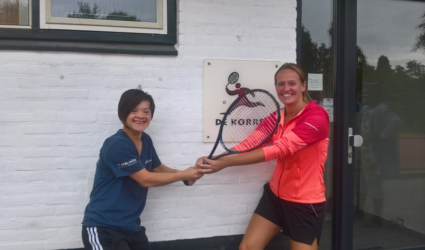 Tennistrainster Julia van Ham en tennisster Liza.