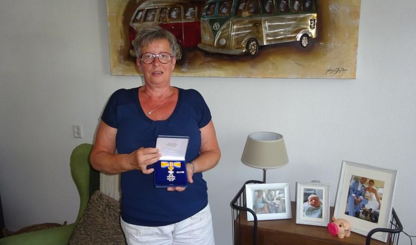 Vanwege haar vrijwilligerswerk voor het Rode Kruis afdeling Hardinxveld-Giessendam kreeg Paula Boer in april van dit jaar een Koninklijke Onderscheiding. (Foto: Eline Lohman)