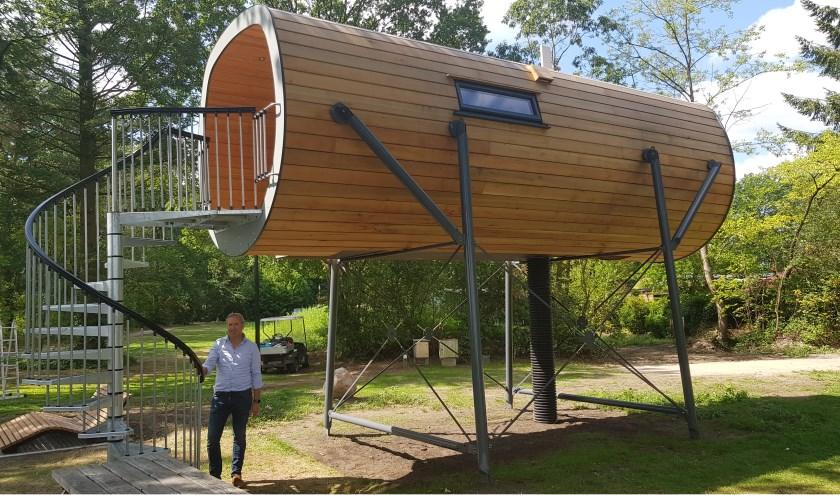 Jan van der Heide voor de Sky Cabin op camping Vreehorst. 'Dit is de eerste die hoog op poten staat!' (Foto: Han van de Laar)