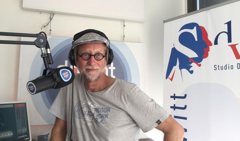 Studio De Witt presentator Ben Corino in de studio van RTV Dordrecht/Drechtstad FM (foto: Nanda van Heteren)