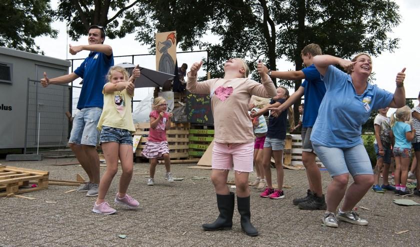 Volwassenen en kinderen beginnen spontaan te dansen in Randwijk. De sfeer in het kinderdorp zit er al meteen in. (foto: Ellen Koelewijn)