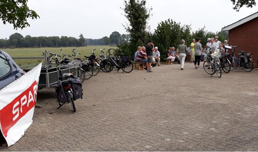 Op de pauzeplek van de fietstochten krijgen deelnemers een appel en frisdrank. Foto: PR