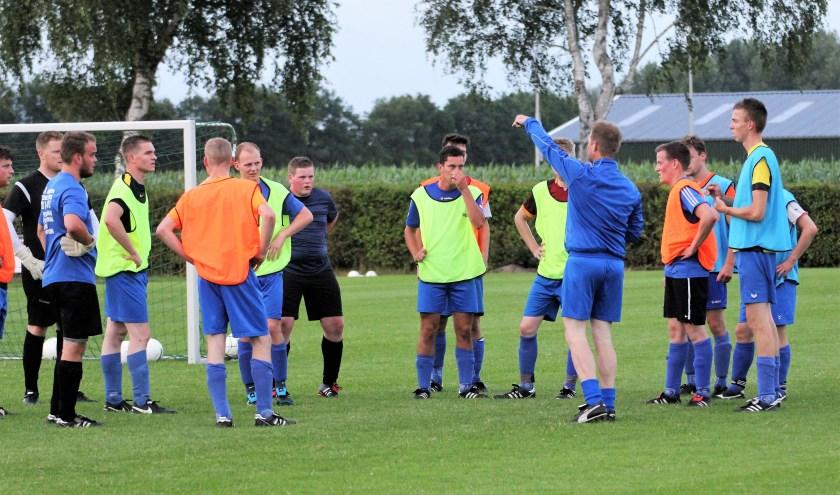 Archiefbeeld van een training bij SC Elshout. Gilbert de Fijter wijst zijn spelersgroep de weg. Komend seizoen gaat hij met de ploeg aan de slag om een plan B te realiseren. Foto: Wout Pluijmert