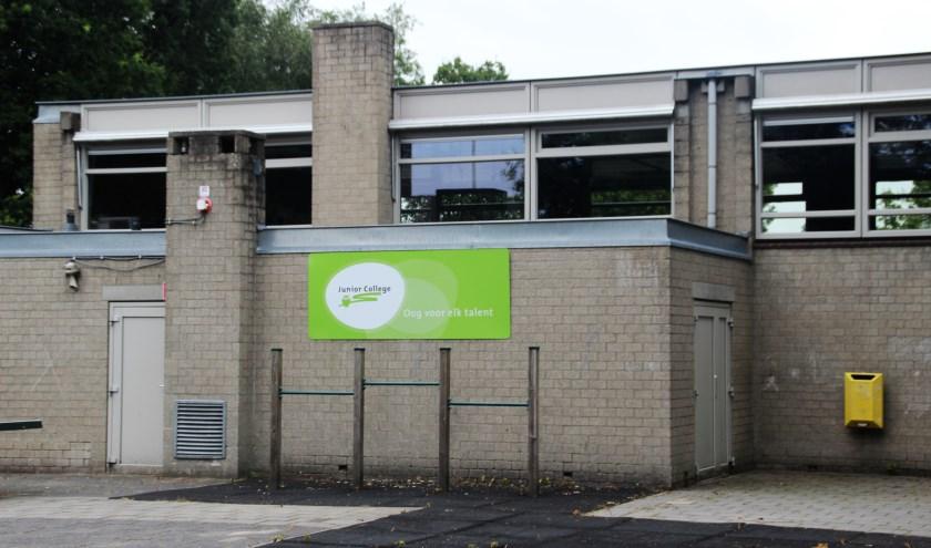 Het logo zit op de schoolgebouw aan de Albert Neuhuyslaan. De leerlingen kunnen na de vakantie komen. (Foto: Dick Baas)
