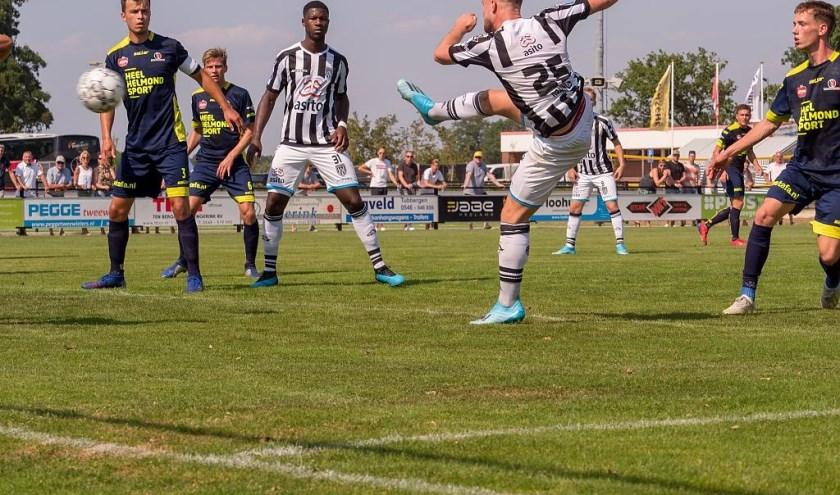 Heracles-speler Ferry de Regt schiet op het Helmondse doel. Leemhuis, Pröpper, Konings (2x) en Van der Water maakten de goals.