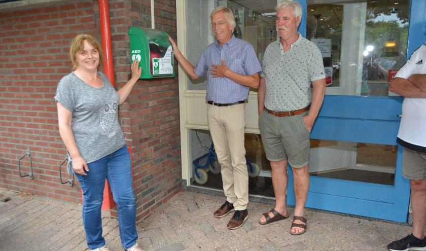 De initiatiefnemers rond de komst van de AED aan de Duivenwal: Jannie Wildeman, Pieter Doornbos en Bram Demoet. (Foto's: Pieter Vane)