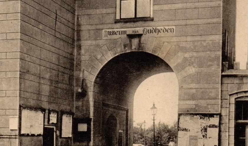 De IJsselpoort rond 1910 met het bord 'Museum van Oudheden', dat in het toenmalige stadhuis was gevestigd.