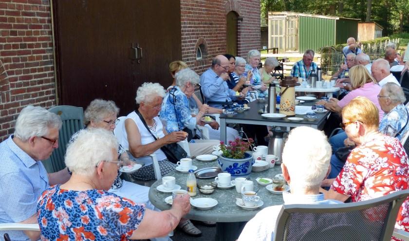 Ouderen genieten van koffie en gebak. Er was een uitje voor de senioren.