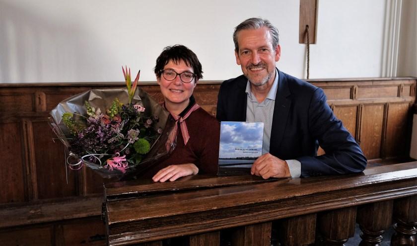 Politiek adviseur Sandra Kensen en burgemeester Hans van der Pas presenteren de publicatie 'Politiek is van iedereen' in het Stadsmuseum van Rhenen. (Foto: Max Timons)