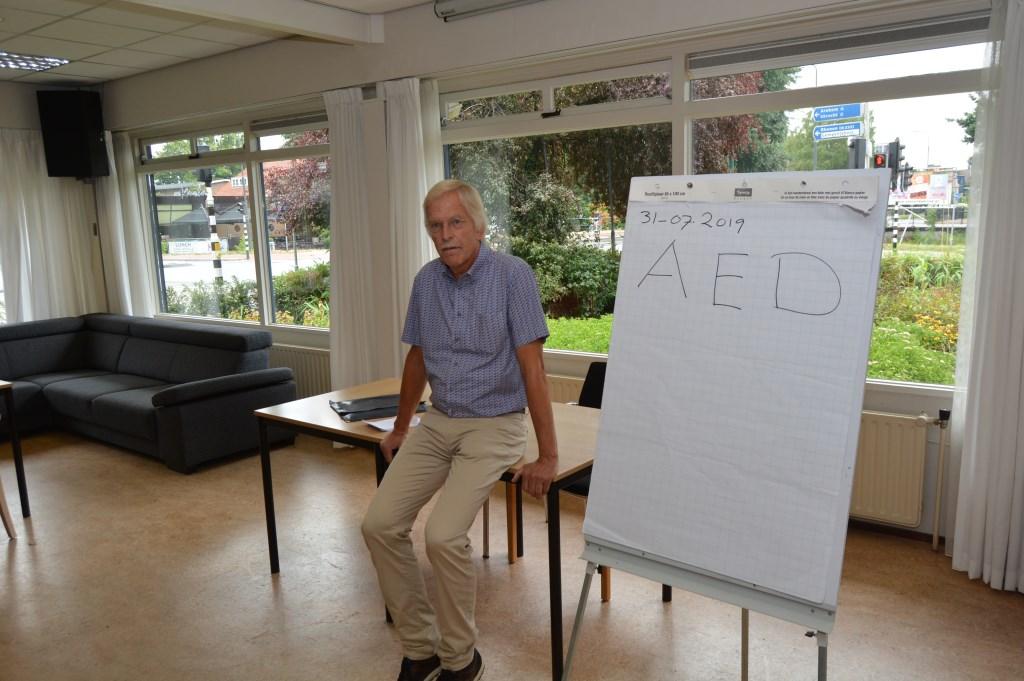 Oud-huisarts Pieter Doornbos geeft uitleg over de AED.  © Persgroep