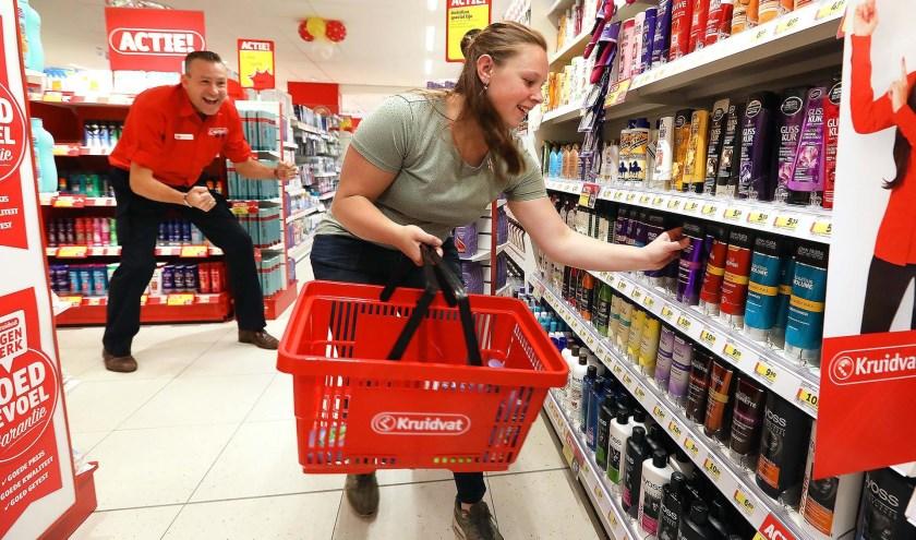 Linda rende door de winkel voor bewoners van Elver.