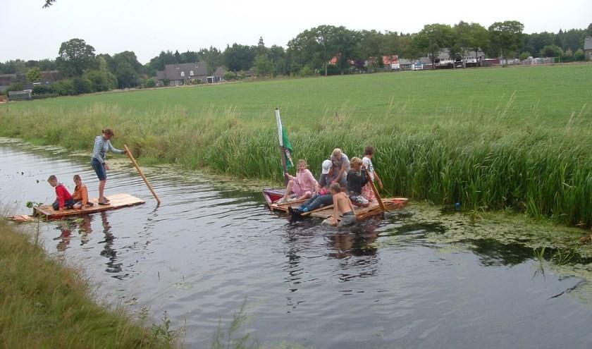 Het bouwen van vlotten is een van de terugkerende activiteiten van de Jeugdvakantieweek in Sterksel.