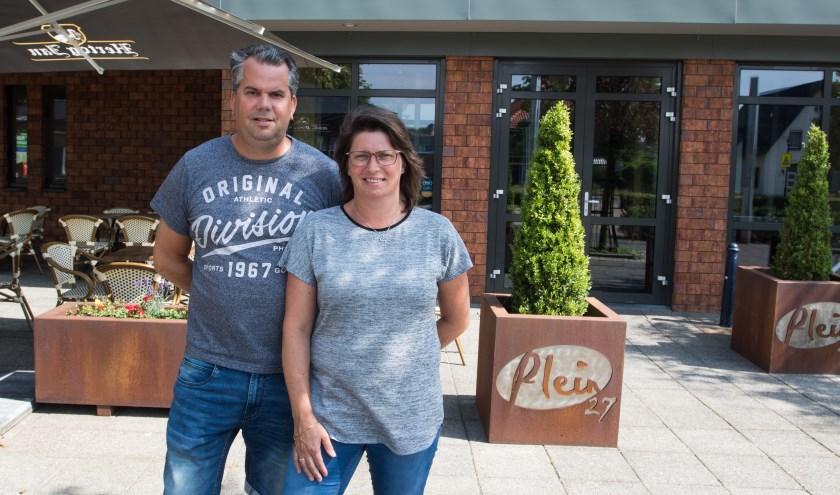 Gisela en Marius van Boekel  zijn de nieuwe uitbaters van Plein 27 in Maashees. (foto: Henk Lammen)