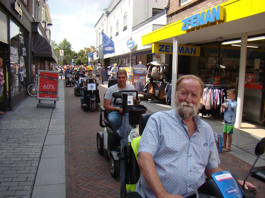Flipje op wielen trekt in het winkelcentrum van Geldermalsen veel bekijks. Foto: Cees van Cuijlenburg © Persgroep