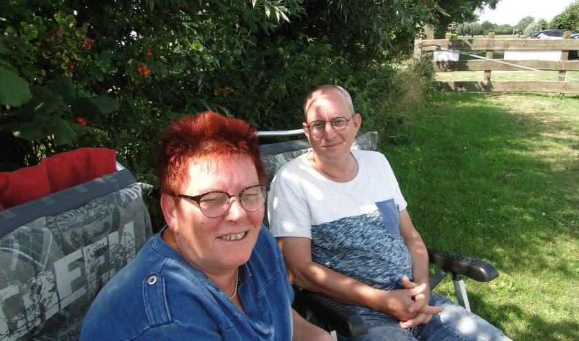 Edwin en Dianne Oostenbrink genieten met volle teugen van de rust op camping De Wijte bij Eefde.