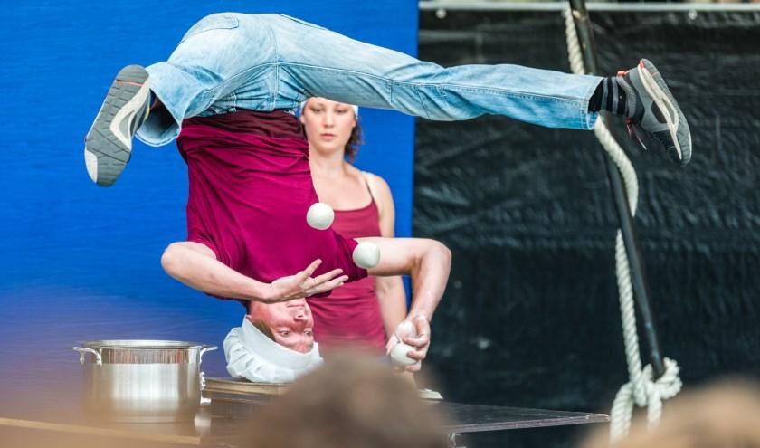 Acrobatiek theater Boeksoep tijdens KIEK es Putten in Winkelcentrum Putten