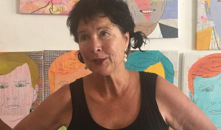 Hanni Stolker draagt een van haar gedichten voor in haar atelier. (foto: Erlend Josephy)