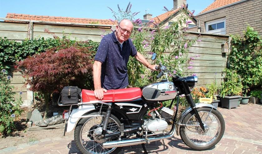 Henk van Loon met zijn jeugdliefde: de Zundap GTS-50 uit 1969. 'Bijna dezelfde had ik vroeger ook. Ik ga er geregeld een stuk op toeren.'