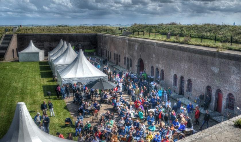 Het festivalterrein van Oeljebroelje bevindt zich in en rond het indrukwekkende fort van Ellewoutsdijk.FOTO: ELISABETH DE GAAG