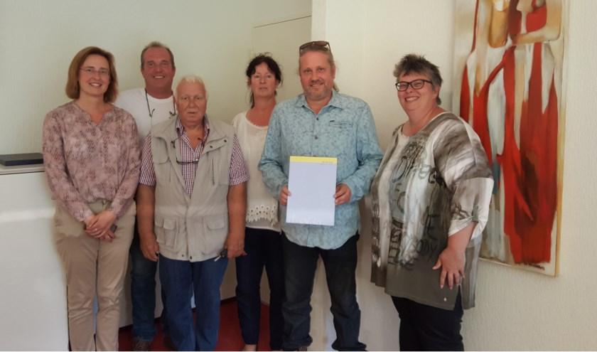 Bestuursleden van de vrijdag 9 augustus opgerichte Imkersvereniging Hoeksche Waard. (foto: pr)