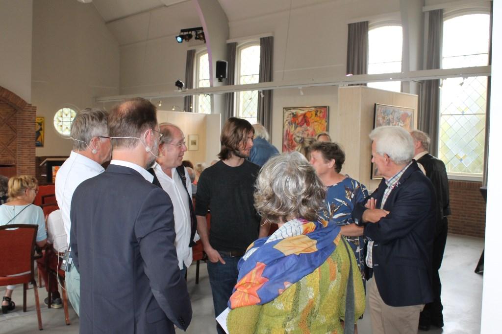 Genodigden in de Koppelkerk tijdens de expositie van het kunstenaarsechtpaar Sieger-White. Foto: Leo van der Linde © Persgroep