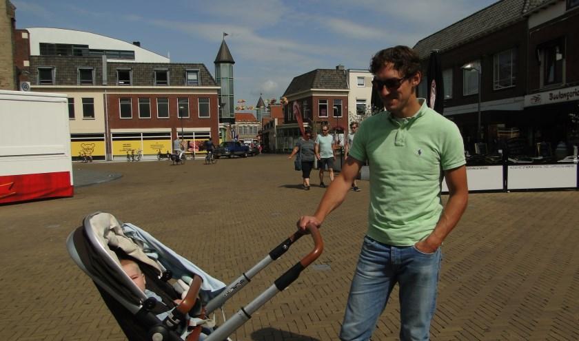 Jelle Berghuis met de kleine Laurens in de buggy in hartje Doetinchem