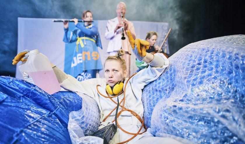 Schippers&Van Gucht uit Breda brengt tijdens de derde editie van het Live Art Festival Breda op 1 september 'Radio Walvis'. Het is voor de eerste keer dat deze 6+-voorstelling ook in Breda te zien is. FOTO: WANNES CRE