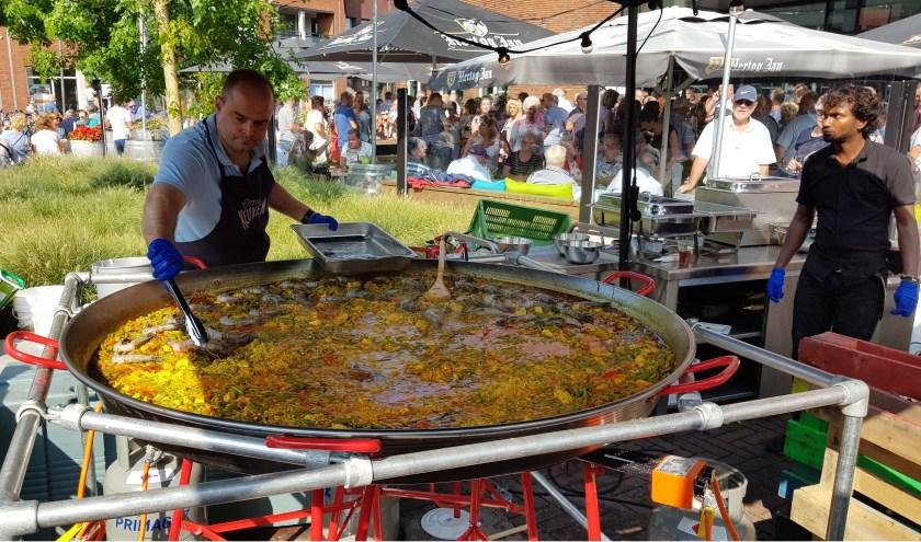 Heerlijk genieten in het centrum van Kaatsheuvel met leuke spulletjes, mode, lekker eten,muziek en meer. Zo kun je op het Anton Pieckplein proeven van  een heerlijke schotel Spaanse Paella.