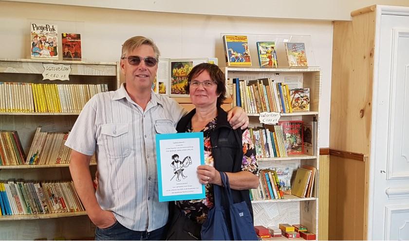 Helma en AndréVoeten uit Roosendaal waren bezoekers 250 en 251 van de tentoonstelling Een boekje open over spelen in de Lochemse VVV.