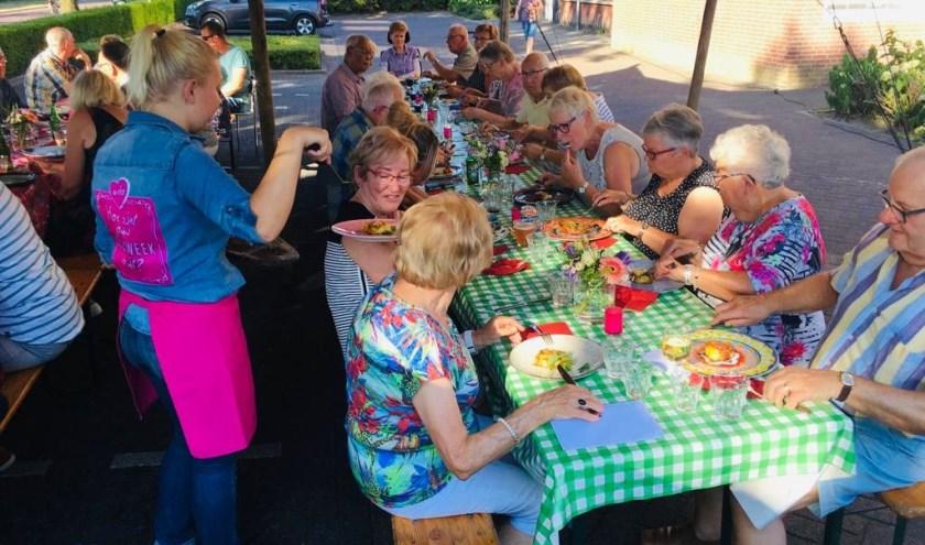 Zo'n veertig buurtbewoners namen plaats aan de kleurrijk gedekte tafels voor een avond vol plezier en goede gesprekken.
