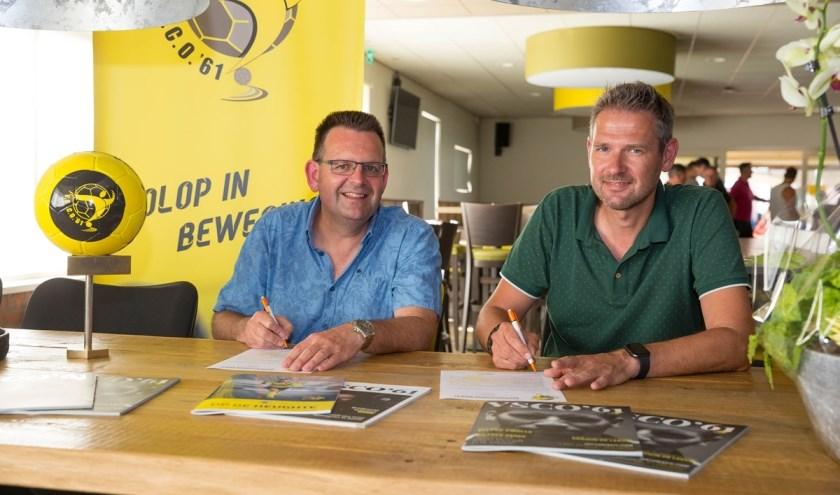 Intersporteigenaar Arnold den Dikken (r) en sponsorcommissievoorzitter Christiaan Mulder. (Foto: Herman van der Wal)